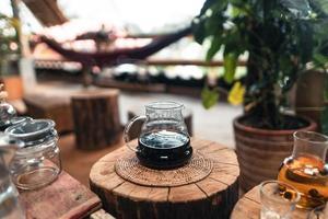derramar água quente sobre um café gotejamento foto