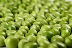 ervilha verde fresca em chapa branca sobre fundo branco foto