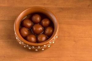 gulab jamun em panela de barro. sobremesa indiana ou prato doce foto