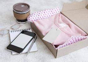 roupas para crianças em uma caixa de papelão aberta foto