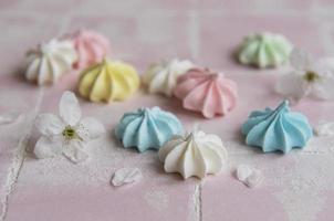 pequenos merengues coloridos foto