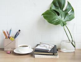 mesa de escrivaninha de escritório com notebooks foto