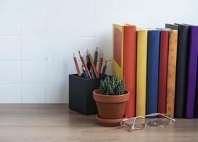pilha de livros na área de trabalho. foto