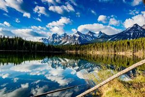 reflexos de manhã cedo nas águas cristalinas do lago Herbert. parque nacional de banff, alberta, canadá foto