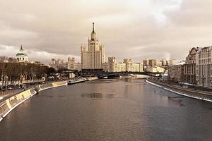 vista da cidade do rio moskva no inverno. casa em kotelnicheskaya aterro. turismo na rússia foto