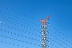 linhas de transmissão de energia elétrica e céu azul foto