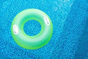 ringue de natação na piscina azul foto