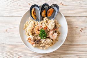 Molho de Creme de Cogumelos em Espiral com Frutos do Mar - comida italiana foto