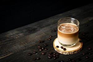 copo de café com leite, café com leite no fundo de madeira foto