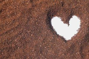 formato de coração em cacau em pó foto