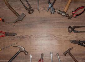 ferramentas em um fundo de madeira foto
