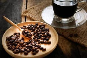 grãos de café e moedor de café foto