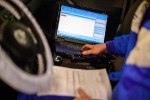 diagnósticos de computador do computador de bordo no carro em uma concessionária de automóveis. foto