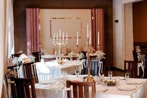 o presidium dos noivos no salão de banquetes do restaurante foto