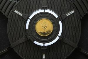 moeda criptomoeda ethereum em uma placa gráfica de computador pc foto