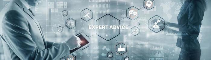empresário tocando o dedo na tela virtual e selecionando conselhos de especialistas. foto