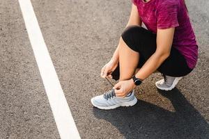 close up do corredor de jovem amarrando o cadarço. conceito de saúde e fitness. foto