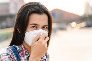 mulher asiática usando máscara n95 para proteger a poluição pm2.5 e o vírus. coronavírus covid-19 e conceito pm2.5 de poluição do ar. foto