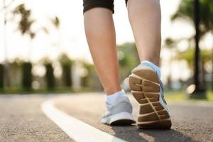 close-up de sapatos de corredor de mulher no parque. conceito de saúde e fitness. foto