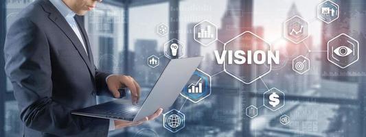 visão. pessoas de negócios e a cidade moderna no fundo. tela virtual foto