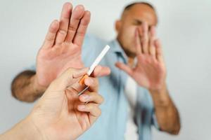 homem recusando cigarros. conceito de parar de fumar, mundo sem dia do tabaco. foto