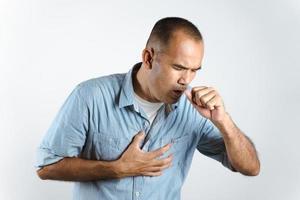 homem espirrando ou tossindo sobre a mão para evitar a propagação do vírus covid-19 ou vírus corona em fundo branco. foto