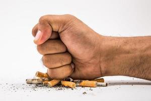 Pare de fumar. mundo nenhum dia do tabaco. mão esmagar o cigarro. foto