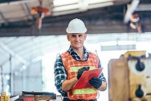 retrato do engenheiro capataz com capacete de segurança trabalhando na fábrica foto