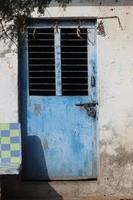 porta com janela com fundo de madeira foto
