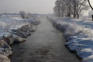 rio em um inverno nevado. bela paisagem de inverno. foto