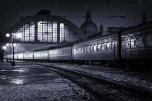 trem noturno na estação de trem foto
