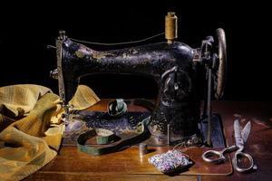 velha máquina de costura. equipamento retro e natureza morta. foto