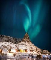 paisagem de vila de pescadores norueguesa cercada por montanhas cobertas de neve foto