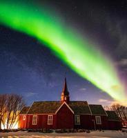 aurora boreal com estrelado sobre o santuário da igreja à noite foto