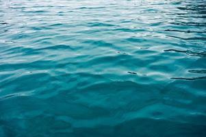 ondulação turquesa da superfície da água no lago foto