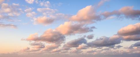nuvens coloridas no céu azul à noite foto