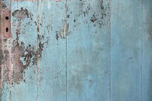 textura áspera de porta de madeira azul foto