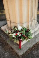 buquê de flores vermelhas e folhagens foto