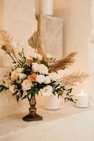 elegantes decorações de casamento feitas de flores naturais e elementos verdes foto