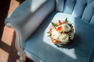 buquê de noiva em poltrona antiga e macia foto