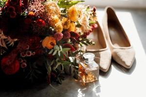 buquê de casamento elegante vermelho de flores naturais frescas foto