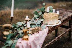 decoração de casamento com bolo de ouro foto