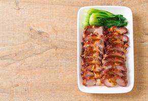 churrasco de porco assado vermelho com molho foto