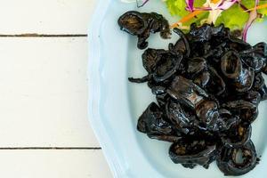 lula frita com molho de tinta de lula - estilo frutos do mar foto