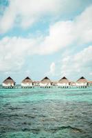 hotel resort tropical das maldivas e ilha com praia e mar para o conceito de férias de férias - impulsione o estilo de processamento de cores foto