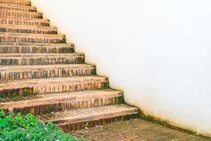 degrau de escada externa de tijolo com parede branca foto