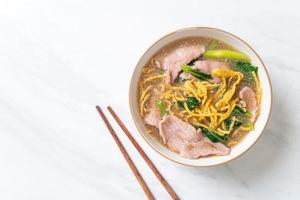 macarrão crocante com carne de porco ao molho de molho foto
