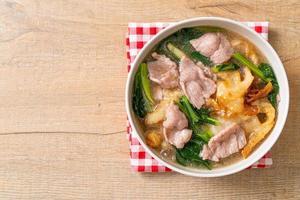 macarrão com carne de porco ao molho de molho foto