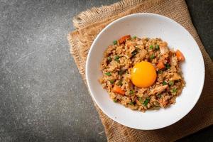 arroz frito de salmão com ovo em conserva por cima - comida asiática foto