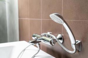 chuveiro no banheiro foto